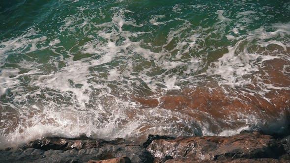 Thumbnail for Ozeanwellen brechen am Ufer