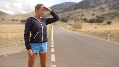 Sportliche Frau stehend allein auf der Straße