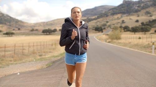 fitress Mädchen Laufen auf die Straße In Berge