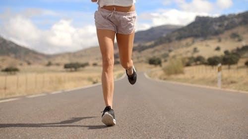 fit Mädchen Laufen auf Berg Straße