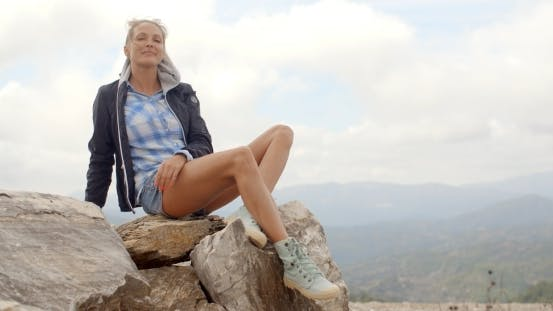 porträt von blond frau, sie genießt berg