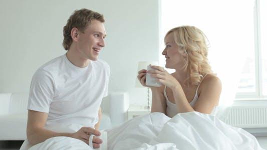 Thumbnail for Paar trinken Tee im Bett