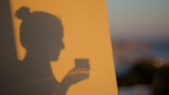 Thumbnail for Schatten Silhouette einer Frau trinken Getränk