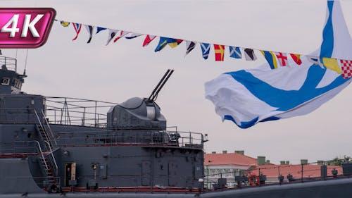 Kanone und Flaggenschiff der russischen Marine