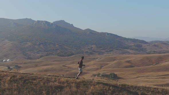 Thumbnail for Morgendliches Joggen in den Bergen Konzeption eines gesunden Lebensstils Luftaufnahmen