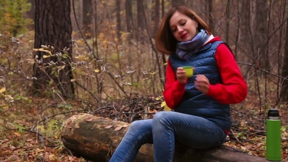 Thumbnail for Heißer Tee im Herbst Wald