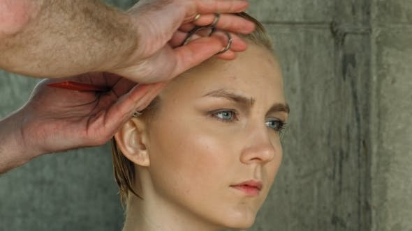 Thumbnail for Neue Haarschnitt Für Blonde Frau Im Salon.