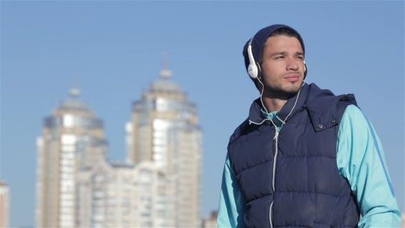 Der junge Mann entscheidet sich für Joggingstrecke