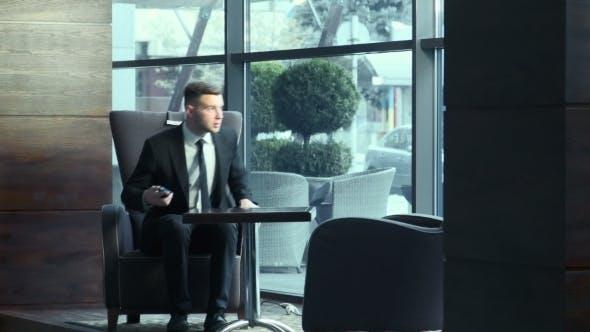 Thumbnail for Business Wütend spricht telefonisch