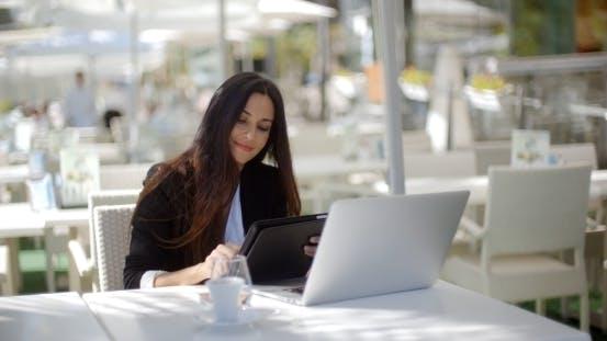 Thumbnail for Geschäftsfrau macht einen Anruf in einem Restaurant