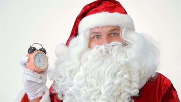 Weihnachtsmann starrt auf die Uhr.