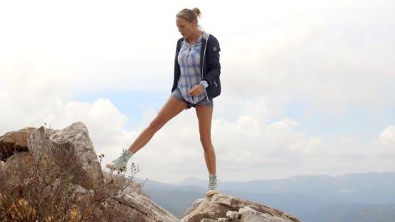 Sportliche Frau stehend auf dem Rock
