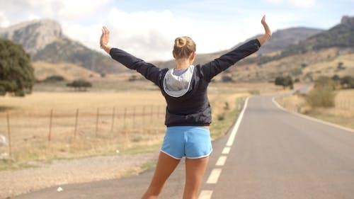 Rückenwinkel von sportlich Mädchen auf die Straße