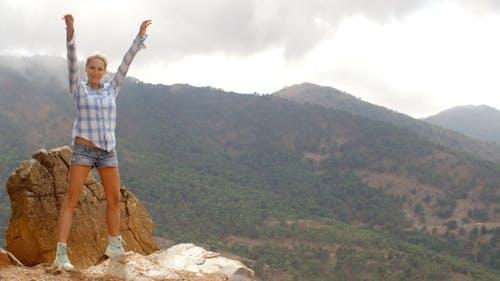 Mädchen genießt spanische Berge