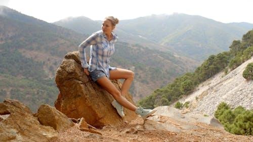 Mädchen Ruhe in der Nähe von Rock in spanische Berge