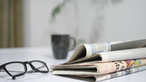 Putting Zeitungen auf Arbeitstisch
