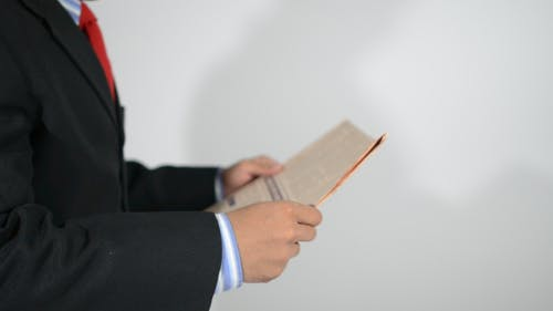 Man Reading Zeitung