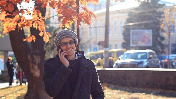 Thumbnail for Junge Mann sprechen auf dem Telefon in der Park