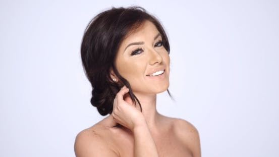 Cover Image for Happy Smiling Brunette Woman Posing