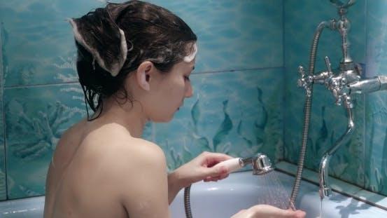 Thumbnail for Schöne junge Frau Seifen Ihr Kopf über Natur