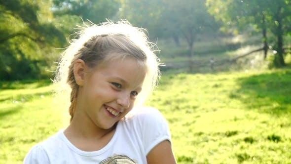Thumbnail for verspielt und glücklich junge Mädchen lächelnd und flirten