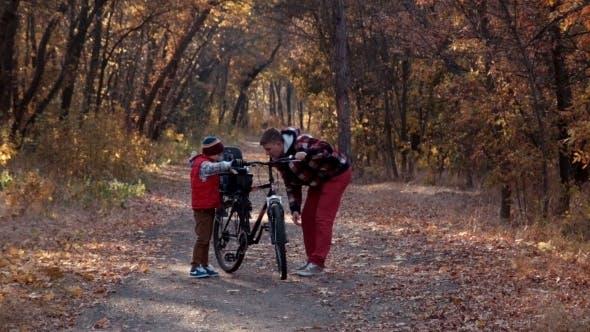 Thumbnail for Le Père montre au fils le dispositif de vélo