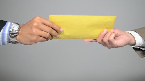 Geben Brief im Umschlag