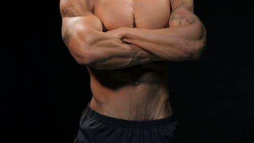 Mann zeigt seine muskulöse Torso