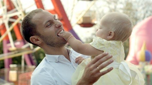 Thumbnail for Vater mit seinem Baby Tochter