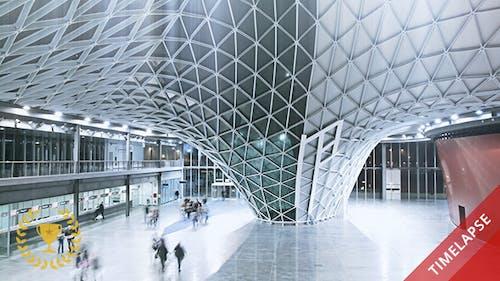 Les gens marchent dans une salle futuriste