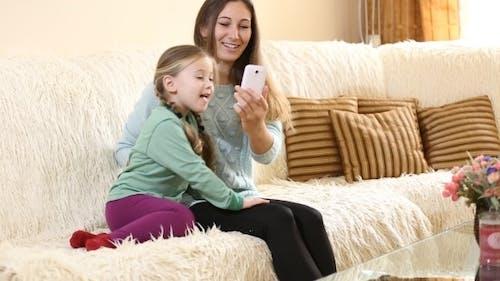 mutter mit kind auf die couch