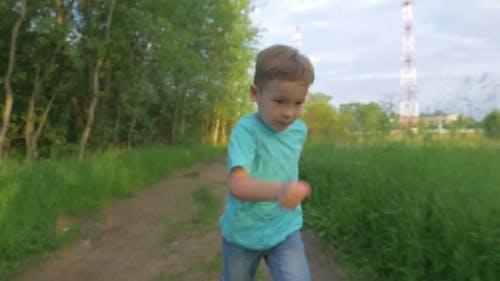 joyeux garçon courir dans le parc