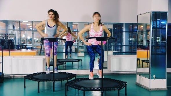 Springen Training zusammen in einem Fitness-Studio