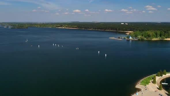 Yachten und Segelboote auf dem Minsker Meer oder dem Zaslavsky Reservoir bei Minsk