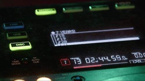 DJ Mixer im Nachtclub