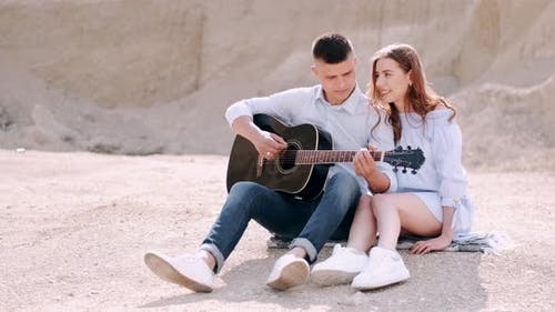 Boyfriend Performs Song for Girlfriend While Having Date