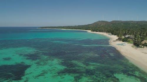 Meerlandschaft mit Strand und Meer, Windmühlen. Philippinen, Luzon