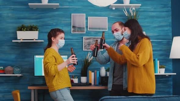Freunde tragen medizinische Gesichtsschutzmasken zum Schutz