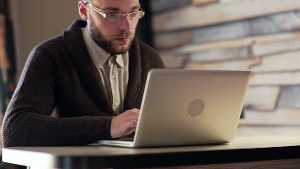 Thumbnail for Mann arbeiten auf laptop computer am arbeitsplatz