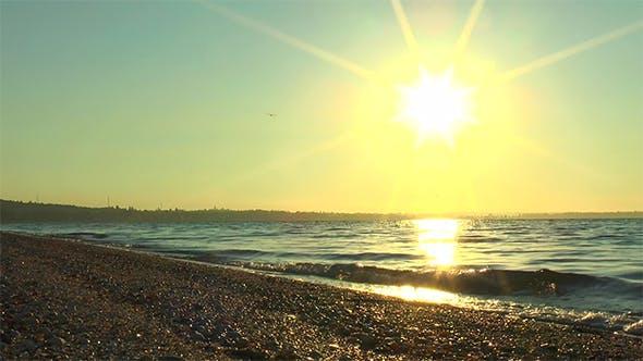 Reflet du soleil levant dans la mer
