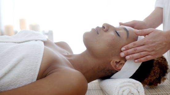 Thumbnail for Kosmetische Behandlung im Gesundheits-Spa