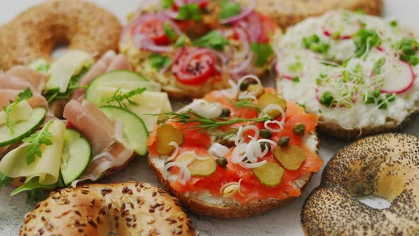 Thumbnail for Zusammensetzung verschiedener hausgemachter Bagels Sandwiches mit Sesam und Mohn