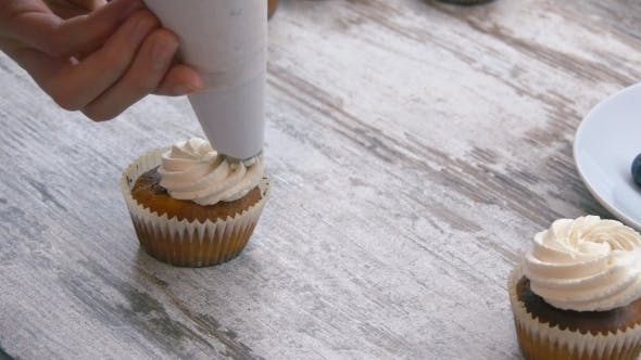 Thumbnail for Cupcakes kochen. Creme auftragen