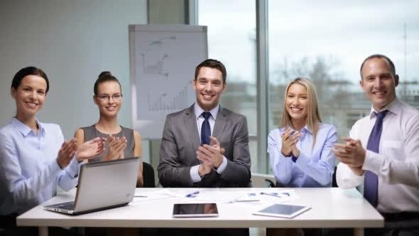 Thumbnail for Geschäftsleute applaudieren auf Meeting