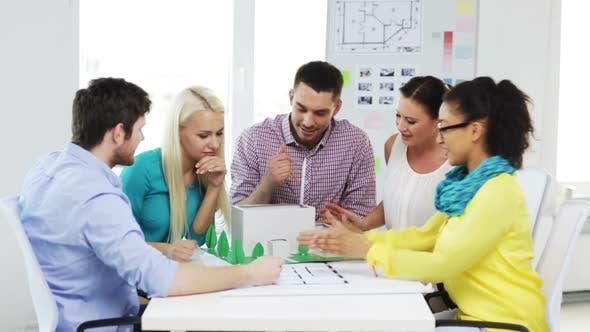 Thumbnail for Gruppe von lächelnden Architekten arbeiten in Office 1