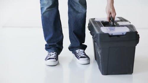 Homme à portée de main avec grande boîte à outils prête pour le travail