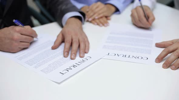 Thumbnail for Geschäftsleute unterzeichnen einen Vertrag