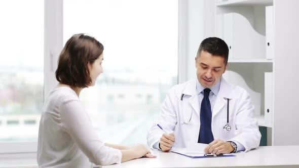 Thumbnail for Lächelnd Arzt und junge Frau treffen bei Krankenhaus 1