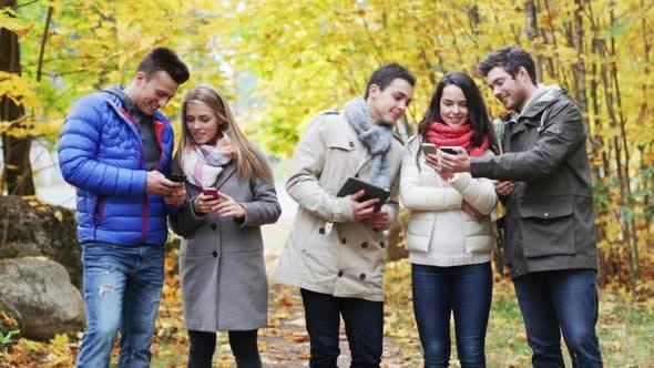 Thumbnail for Lächelnd Freunde mit Smartphones und Tablet Pc 6