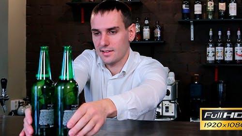 Barman öffnet Bierflaschen